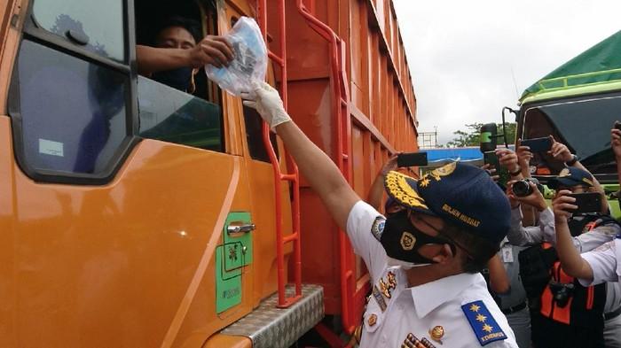 Dirjen Hubdat Budi Setiyadi Membagikan Masker di Area Pelabuhan