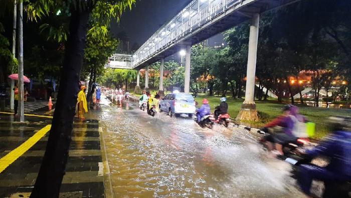 Genangan air di depan Kampus Atma Jaya