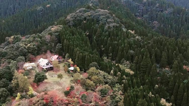 Gunung yang bisa disewa di Kyushu, Jepang.