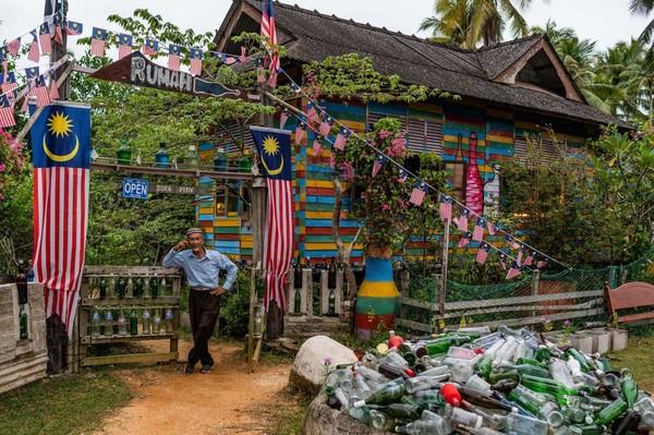 Warga Malaysia berusia 74 tahun ini bernama Tengku Mohamad Ali Mansor. Selama 15 tahun terakhir dia menjalankan misi lingkungan untuk mengumpulkan botol-botol yang terdampar di pantai Laut Cina Selatan yang berbatu-batu di Malaysia. (AFP)