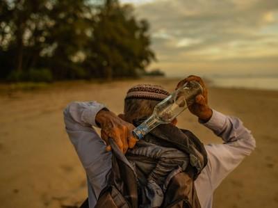 Begini Dong, Kakek Ini Kumpulkan Ribuan Botol di Pantai dan Bangun Museum