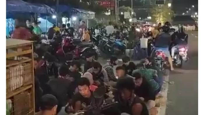 Kerumunan di angkringan kopi Jos Yogyakarta, Senin (21/9/2020).