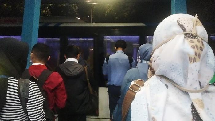 Kondisi Halte TransJakarta Monas Pukul 19.00 WIB