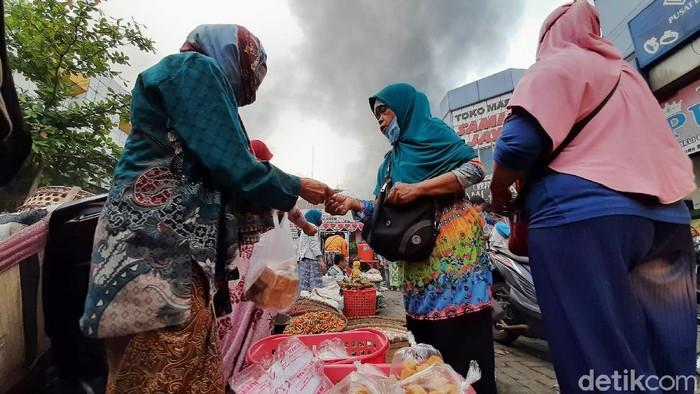 Kebakaran melanda Pasar Wage Purwokerto, Banyumas, Senin (21/9/2020) pagi. Sebagian pedagang yang berhasil menyelamatkan dagangan tetap berjualan saat api berkobar.