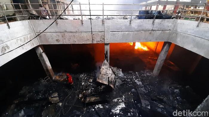 Kebakaran melanda Pasar Wage Purwokerto, Banyumas. Api mulai menyala sejak Senin (21/9/2020) sekitar pukul 03.30 WIB dan semakin membesr hingga pagi.