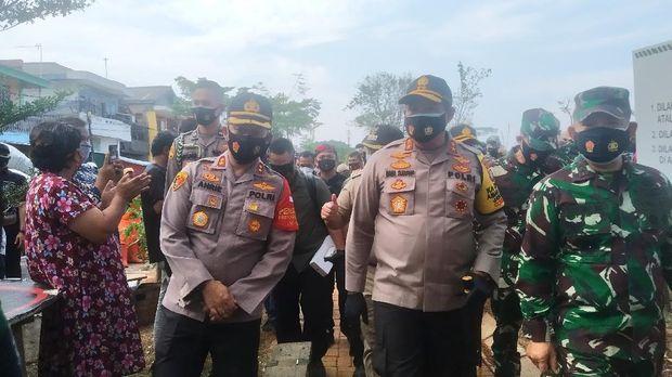 Kapolda Metro Jaya Irjen Nana Sudjana meninjau lokasi kebakaran gudang kayu di Cilincing, Kalibaru, Jakarta Utara, Senin (21/9/2020).