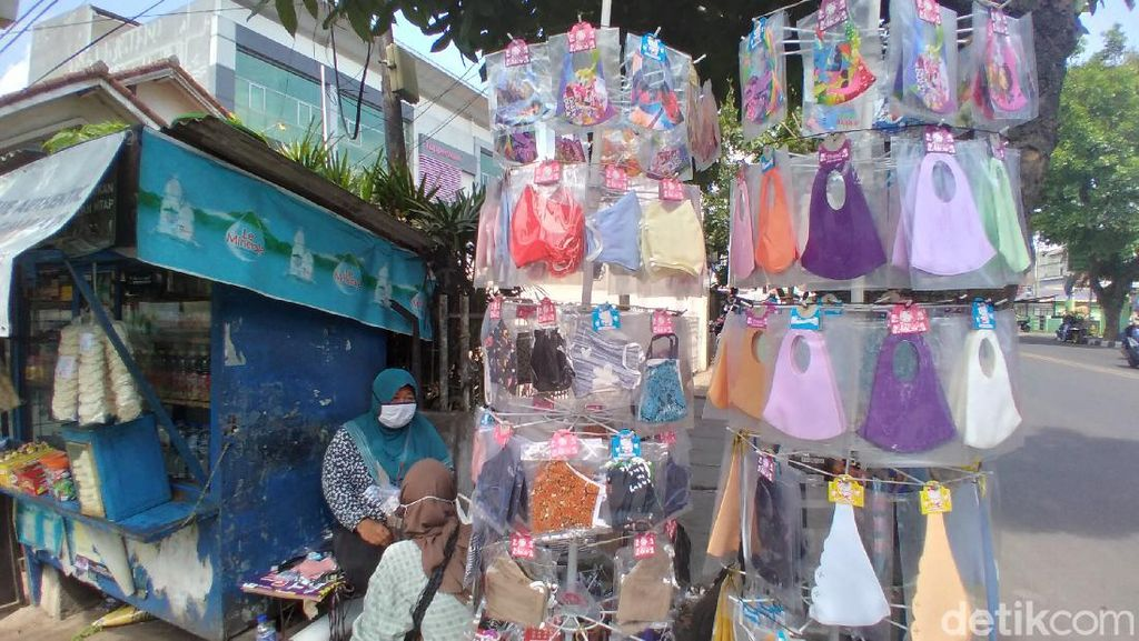 Pedagang Masker di Bandung Khawatirkan Larangan Scuba