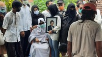 Tangis Keluarga Iringi Pemakaman Rinaldi Korban Mutilasi di Kalibata City