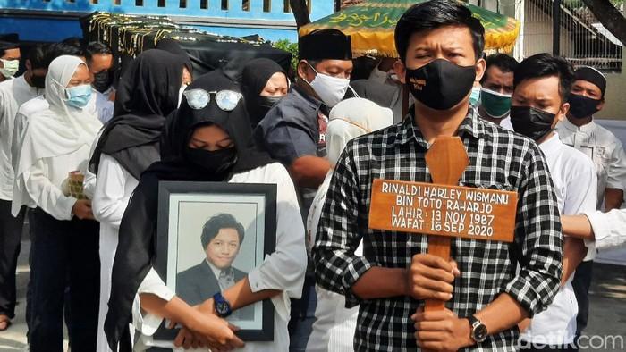 Rinaldi Harley Wismanu dimakamkan di Nologaten, Sleman, Senin (21/9/2020). Rinaldi tewas dibunuh dan mutilasi di sebuah apartemen di Jakarta Pusat.