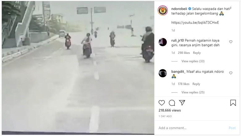 Pengendara sepeda motor jatuh saat melewati jalanan bergelombang