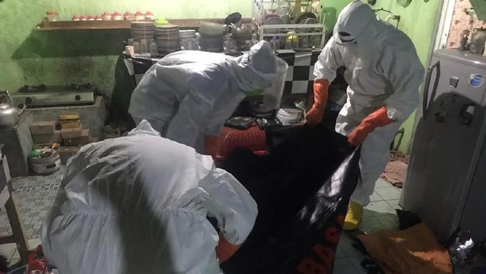 Petugas BPBD mengevakuasi orang meninggal di dalam kamar mandi rumah di Desa Kedungcino, Kecamatan Jepara, Jepara, Senin (21/9/2020).