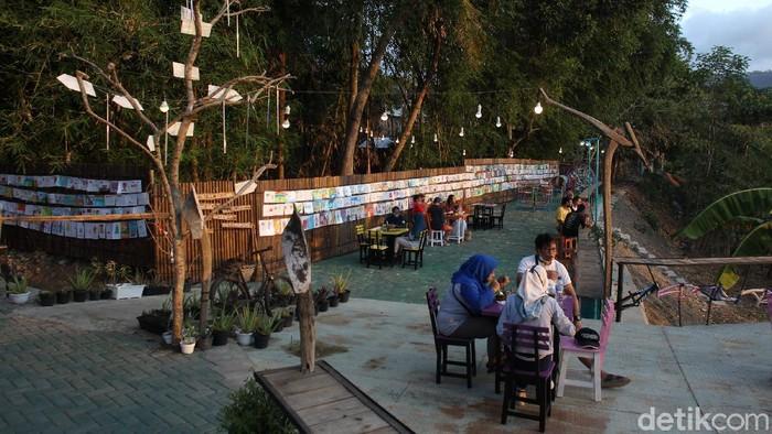 Tepi Sungai Oya, Bantul, jadi lokasi pameran lukisan anak-anak. Lukisan itu dipajang di salah satu sisi untuk menemani pengunjung menikmati pemandangan area itu