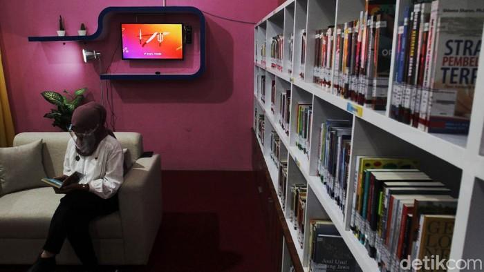 Pengunjung membaca buku di pojok baca yang diprakarsai oleh Bank Indonesia bekerja sama dengan Dinas Perpustakaan Kota Yogyakarta saat peluncuran fasilitas dan pelayanan di Perpustakaan Kota Yogyakarta Selatan (PEVITA), Yogyakarta, Senin (21/9/2020).