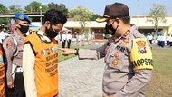 Puluhan Relawan Bantu Tegakkan Protokol Kesehatan di Mojokerto