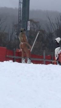 Hebat juga wanita ini demi konten sanggup berbiki di tengah salju seperti ini. Nggak kedinginan tuh?