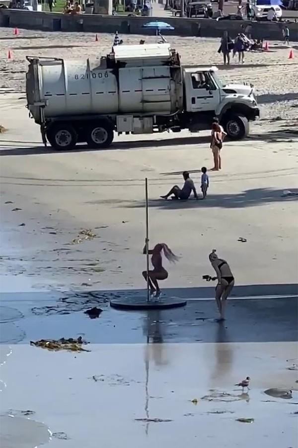 Demi sebuh konten, influencer rela membawa papan pole, high heels hingga truk sampah. Mau ngapain sih? (Bored Panda)