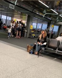 Bahkan di bandara seorang influencer harus siap sedia dengan peralatannnya. Total!