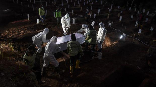 Petugas penggali makam jenazah COVID-19 menulis nama dan kelompok yang bertugas di komplek pemakaman Pondok Ranggon.
