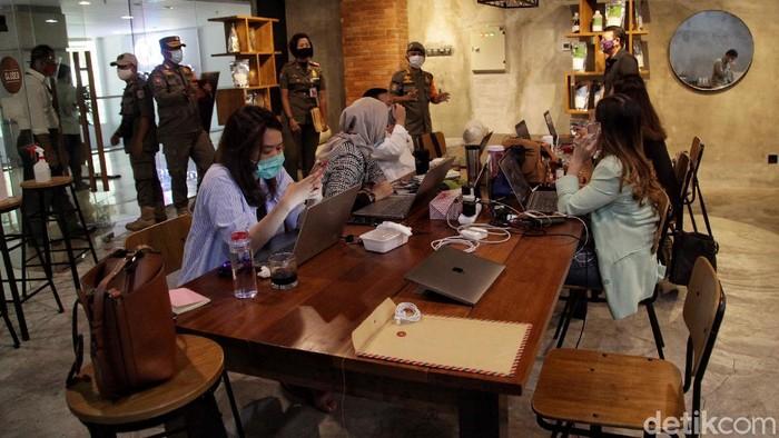 Satpol PP menggelar sidak di kawasan Mal Kelapa Gading, Jakarta Utara. Aktivitas tersebut dilakukan untuk memantau protokol kesehatan di dalam mal.