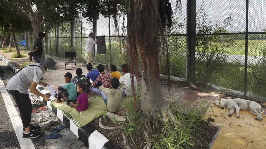 Sekolah Jalanan Untuk Warga Miskin di India
