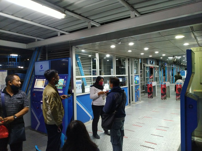 Situasi di Halte TransJakarta Harmoni Jakpus pada 21 September 2020 pukul 19.00 WIB
