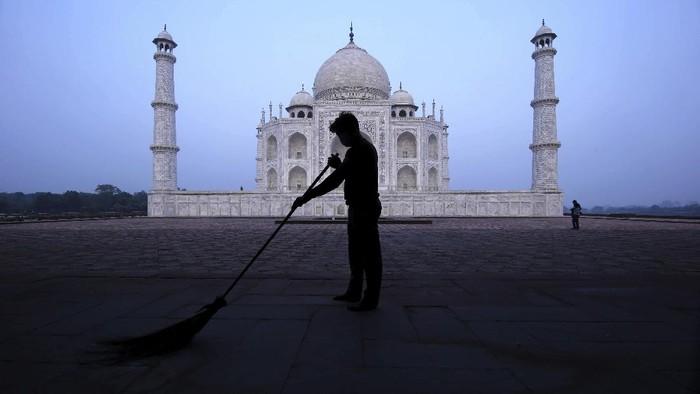 India masih berada di posisi kedua setelah AS dengan jumlah kasus Corona terbanyak. Namun, pemerintah malah memperbolehkan warganya untuk mengunjungi Taj Mahal.