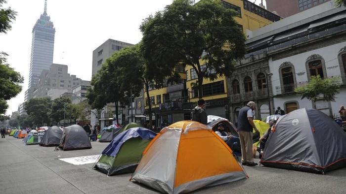 Ratusan tenda penuhi salah satu jalan di Kota Meksiko. Tenda-tenda itu milik para demonstran yang menuntut presiden Meksiko Andres Manuel Lopez Obrador mundur.