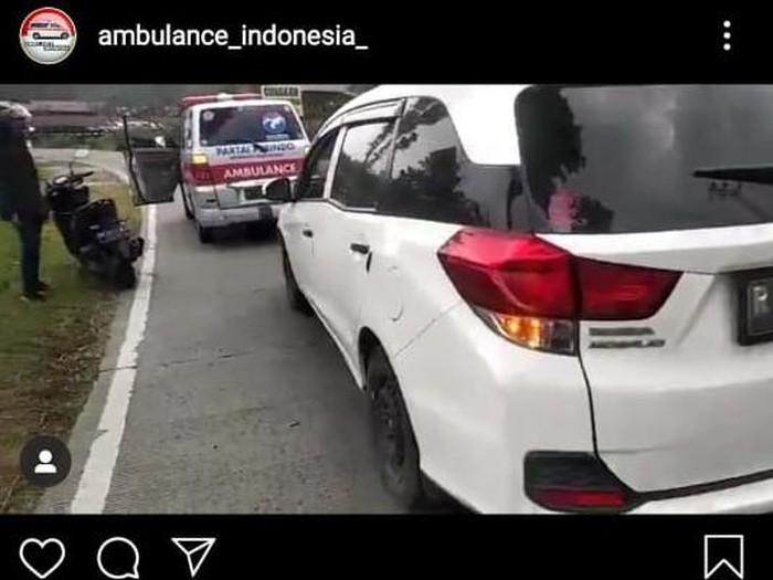 Viral video ribut-ribut rombongan ambulans jenazah dan pemobil, Banyumas, Senin (21/9/2020).