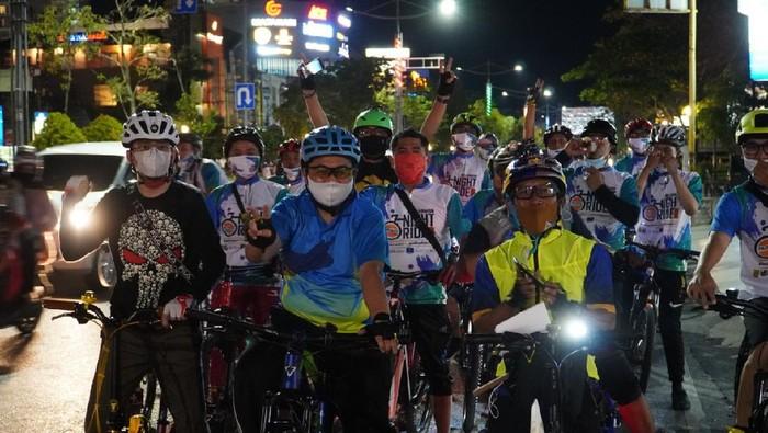 Wali Kota Banjarmasin Ibnu Sina bersama komunitas sepeda.