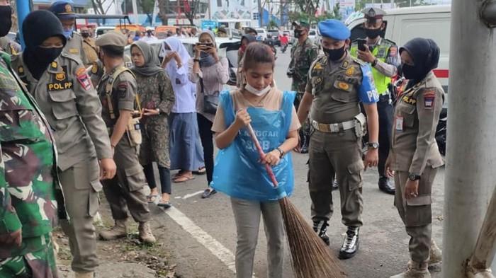 Warga tak bermasker terjaring operasi yustisi di Padang (Jeka Kampai-detikcom)