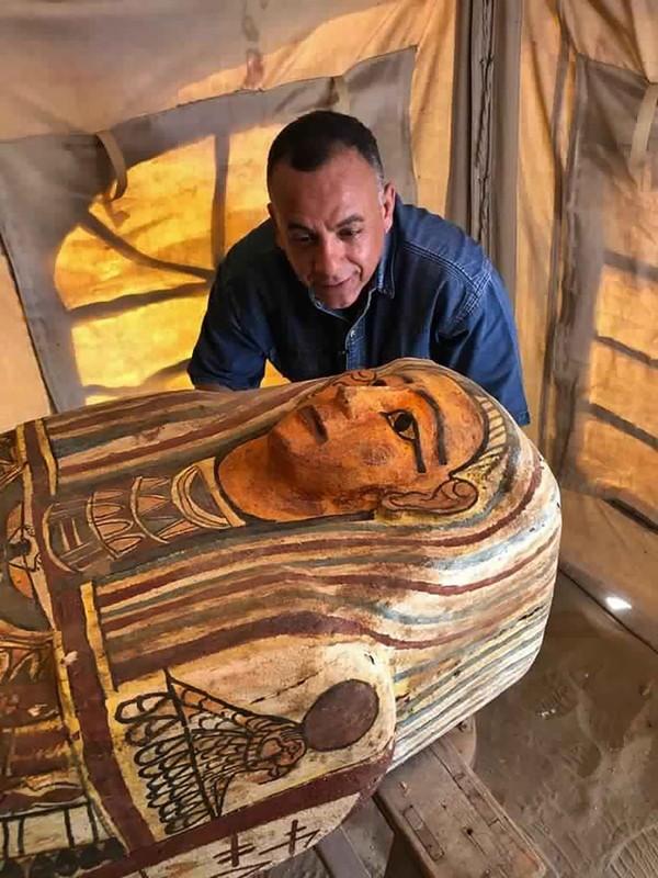 Para arkeolog saat ini tengah bekerja keras untuk mencari tahu asal peti mati tersebut. Proses ekskavasi saat ini tengah dilakukan. Bukan tidak mungkin peti mati lainnya akan ditemukan selama proses itu berlangsung. (MINISTRY OF TOURISM AND ANTIQUITIES/AP)