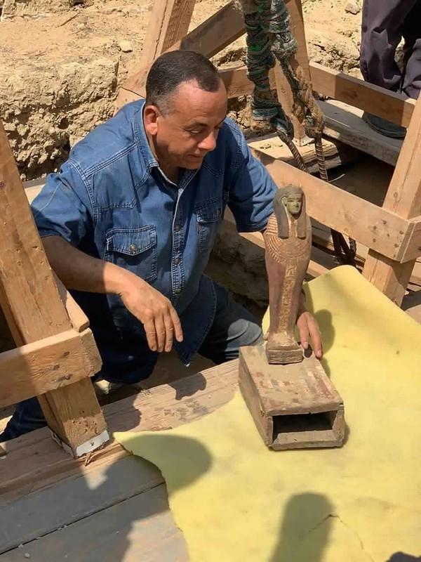 Beberapa artefak juga turut ditemukan di lokasi yang sama dimana mereka menemukan peti mati tersebut. Saat ini, Mesir tengah gencar-gencarnya mempromosikan penemuan arkeologis baru guna menarik wisatawan untuk datang ke negara itu. (MINISTRY OF TOURISM AND ANTIQUITIES/AP)