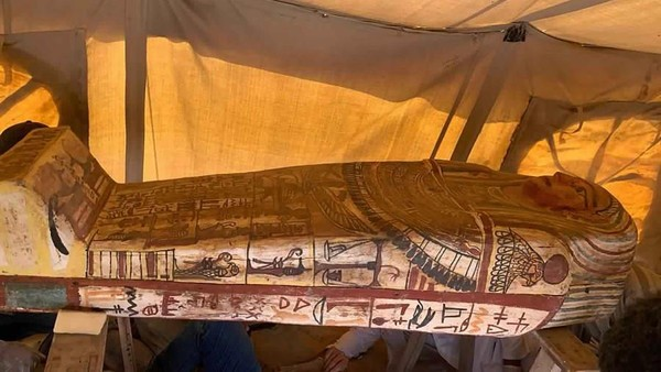 Peti mati tersebut masih tersegel dan belum pernah dibuka sejak dikuburkan sekitar 2.500 tahun yang lalu. Terlihat peti mati tersebut memiliki warna-warni yang cerah dan dihiasi dengan aksara kuno Hierogliph. (MINISTRY OF TOURISM AND ANTIQUITIES/AP)