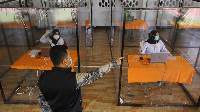 Sejumlah bilik khusus disediakan bagi peserta tes CPNS yang memiliki hasil 'rapid test' reaktif di Surabaya. Seperti apa potretnya?