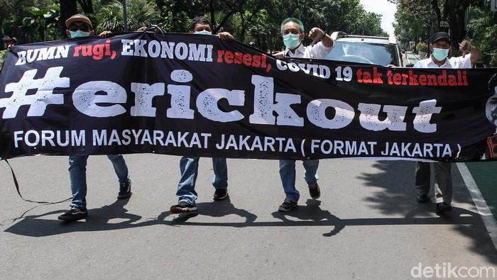 Sejumlah massa dari Forum Masyarakat Jakarta (Format Jakarta) melakukan aksi menuntut perombakan kabinet Menteri BUMN.