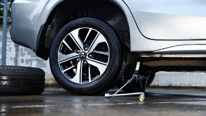 Ban dan Pelek Mobil Raib Dicuri, Padahal Parkir Dekat Kantor Polisi