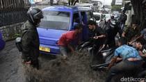 Banjir di Cimahi, Motor Terseret Arus hingga Masuk Kolong Mobil