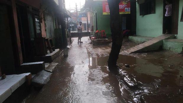 Banjir di Rawajati Jaksel Surut, Warga Bersihkan Rumah dari Lumpur