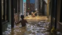 Banjir Landa RI, Bisa Memperparah Penularan COVID-19?