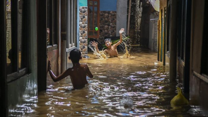 Banjir melanda sejumlah kawasan di Indonesia, termasuk di Jakarta, wilayah dengan angka COVID-19 tertinggi. Apakah banjir bisa memperparah penularan COVID-19?