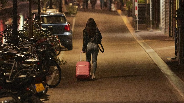 Belanda melaporkan sekiat 90.047 kasus Corona dengan 2.000 kasus baru dalam 24 jam terakhir. Pihak berwenang setempat langsung berlakukan jam malam.
