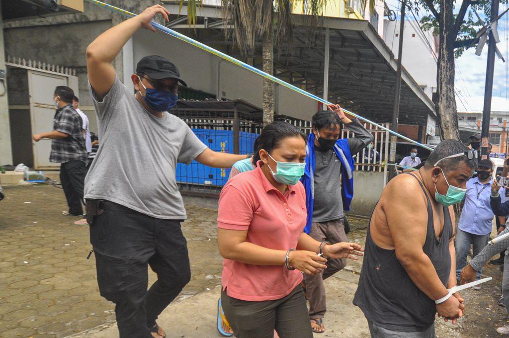Kepala BNN Provinsi Sumatera Selatan Brigjen Pol Jhon Turman Panjaitan (kanan) didampingi Anggota BNN mengawal tersangka yang merupakan Anggota DPRD Kota Palembang 2019-2024 dari Partai Golkar Doni (kiri) usai melakukan penggerebekan di Palembang, Sumatera Selatan, Selasa (22/9/2020). BNN Mengamankan Anggota DPRD Kota Palembang 2019-2024 dari Partai Golkar Doni sebagai bandar narkoba dan 5 orang tersangka lainnya serta barang bukti narkoba jenis sabu seberat 5kg dan 30.000 butir ekstasi. ANTARA FOTO/R.M. Amri Ramdhani/Lmo/hp.