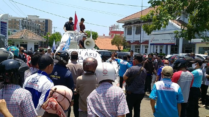 Buruh pabrik di Pekalongan turun ke jalan protes PHK