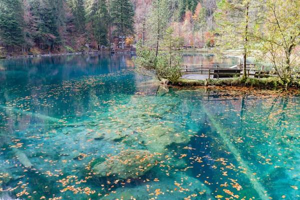 Air danau dipercaya berubah karena seorang gadis bermata biru yang bunuh diri karena patah hati di sini.