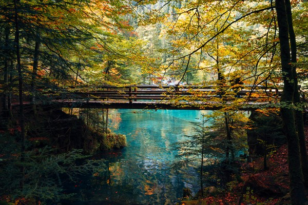 Saking cantiknya danau ini disebut mirip lukisan atau negeri dongeng.