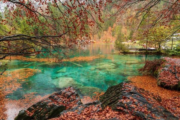 Blausee atau Danau Biru adalah salah satu destinasi populer di Swiss.