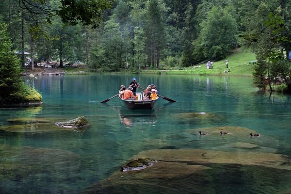 Kegiatan yang ditawarkan adalah naik perahu, memancing dan foto-foto.