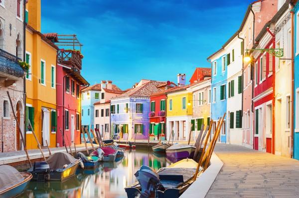 Di sini semua rumahnya dicat warna-warni.