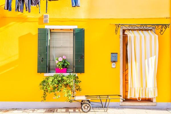 Ini salah satu rumah dengan warna nyentrik yang cantik.