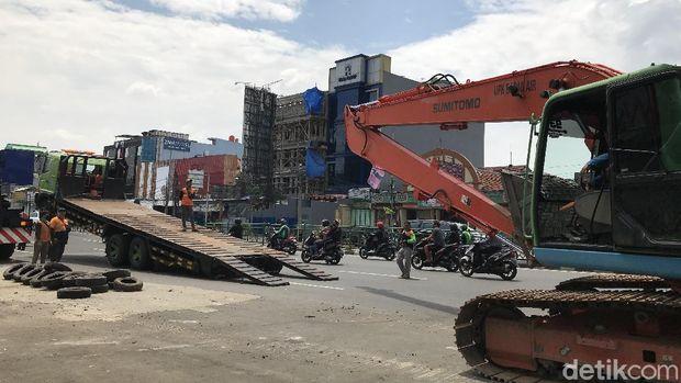 Ekskavator yang Timpa Tangga JPO Kampung Melayu Dievakuasi, Lalin Lancar